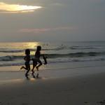 Des enfants qui jouent sur la plage...